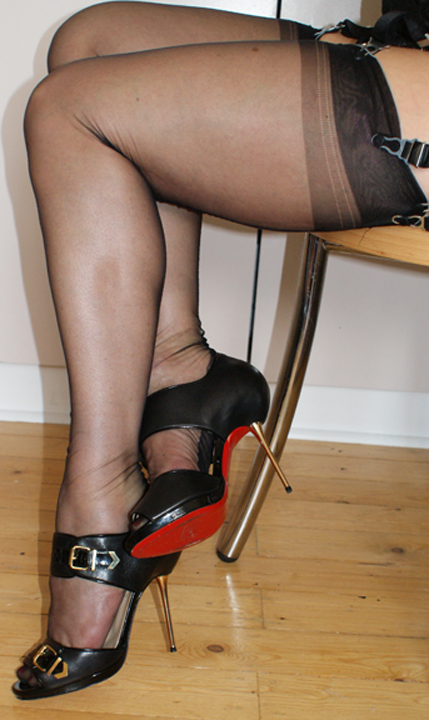 Shoe-fetish-fully-fashioned-stockings-legs-london
